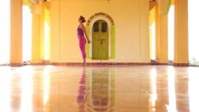 Femme faisant le yoga dans l'ashram banque de vidéos