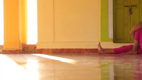 Femme faisant le yoga dans l'ashram clips vidéos