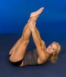 Femme faisant le yoga dans le dos de studio en fonction Photos stock