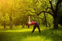 Femme faisant le yoga de pratique de pose latérale intense de bout droit images stock