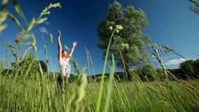 Femme faisant le yoga en nature clips vidéos