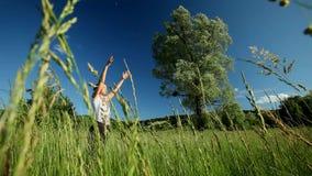 Femme faisant le yoga en nature banque de vidéos
