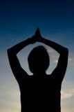 Femme faisant le yoga en silhouette Image libre de droits