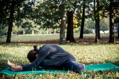Femme faisant le yoga en stationnement Photographie stock