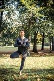 Femme faisant le yoga en stationnement Image libre de droits