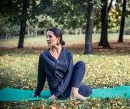 Femme faisant le yoga en stationnement Photographie stock libre de droits