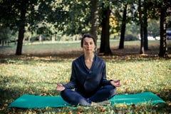Femme faisant le yoga en stationnement Photo stock