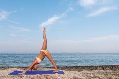 Femme faisant le yoga images stock
