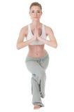 Femme faisant le yoga, position d'aigle/garudasana Image libre de droits