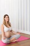 Femme faisant le yoga prénatal Photo stock