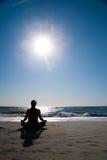 Femme faisant le yoga sur la plage. Photo libre de droits
