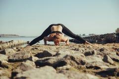 Femme faisant le yoga sur la plage Photos libres de droits