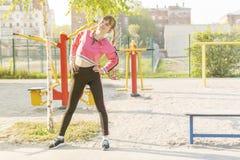 Femme faisant les courbures latérales pendant les exercices photos libres de droits