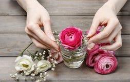 Femme faisant les décorations florales de mariage Photos stock