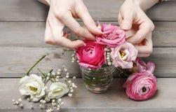 Femme faisant les décorations florales de mariage Images libres de droits