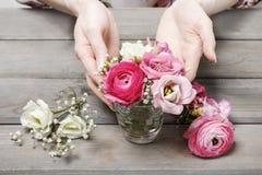 Femme faisant les décorations florales de mariage Image libre de droits