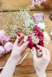 Femme faisant les décorations florales de mariage Photographie stock libre de droits