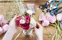Femme faisant les décorations florales de mariage Photographie stock