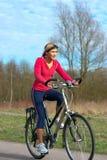 Femme faisant un cycle en stationnement. photographie stock