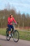 Femme faisant un cycle en stationnement. image libre de droits