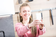 Femme faisant un selfie dans sa cuisine Photographie stock libre de droits