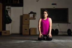 Femme faisant une pause de sa séance d'entraînement image stock