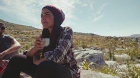 Femme faisant une pause pendant la hausse banque de vidéos