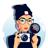 Femme faisant une photo avec un vieil appareil-photo Image stock