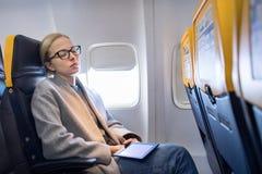 Femme faisant une sieste sur le siège tout en voyageant en avion image libre de droits