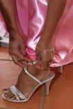 Femme faisant vers le haut de la chaussure Photos libres de droits