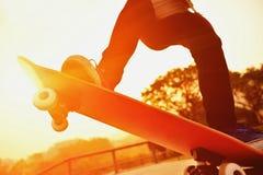Femme faisante de la planche à roulettes Photos libres de droits