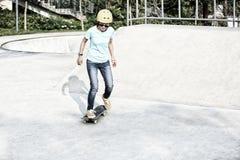 Femme faisante de la planche à roulettes au skatepark Images libres de droits