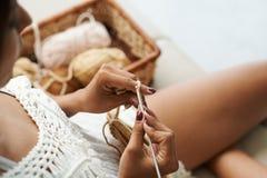 Femme faisante du crochet image stock