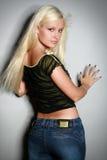 Femme fascinant dans la chemise et des jeans Images stock