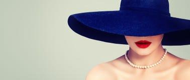 Femme fascinante avec le maquillage rouge de lèvres, le chapeau élégant et les perles, rétro portrait de cru photos libres de droits