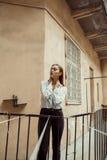 Femme fascinante de brune dans la chemise posant dans le passage photographie stock