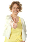 Femme fascinante faisant des gestes le thumbs-up Photos stock