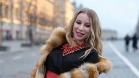 Femme fascinante heureuse attirante dans le manteau de fourrure de renard, dehors clips vidéos
