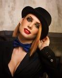 Femme fatale in een hoedenbowlingspeler Stock Foto