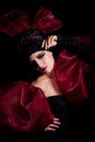 Femme fatale in een rood-zwarte kleding Royalty-vrije Stock Foto