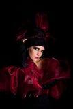 Femme fatale in einem rot-schwarzen Kleid Lizenzfreie Stockfotografie