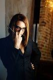 Femme-fatale mit Gläsern Lizenzfreie Stockfotos