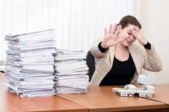 Femme fatigué dans l'intérieur de bureau photographie stock