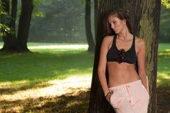 Femme fatigué se reposant dans le bois Photographie stock libre de droits