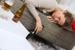 Femme fatiguée après partie à la maison image stock