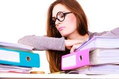 Femme fatiguée avec la pile de documents de dossiers photo stock