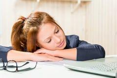 Femme fatiguée d'affaires endormie à son bureau photo stock