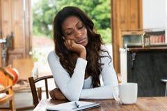 Femme fatiguée d'afro-américain avec la dépression photo libre de droits
