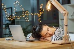Femme fatiguée de fonctionnement dur dormant au travail Photo stock