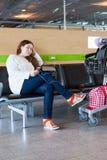 Femme fatiguée regardant le PC de comprimé dans l'aéroport Images libres de droits